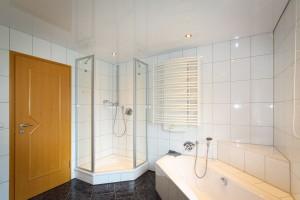 Натяжные потолки - ванная комната
